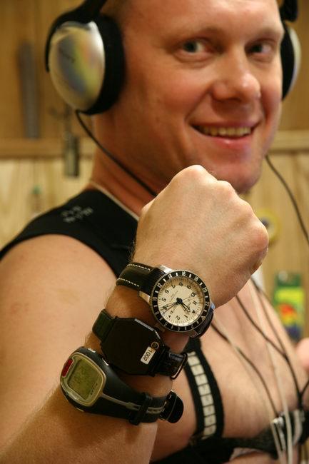 Первый месяц 105-суточной изоляции. Олег Артемьев демонстрирует часы Fortis, актиграф и измеритель ЧСС.