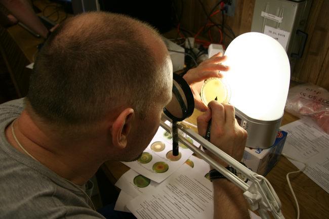 Второй месяц 105-суточной изоляции. Олег Артемьев проводит микробиологический мониторинг состояния газовой среды и поверхностей в модулях экспериментального комплекса.