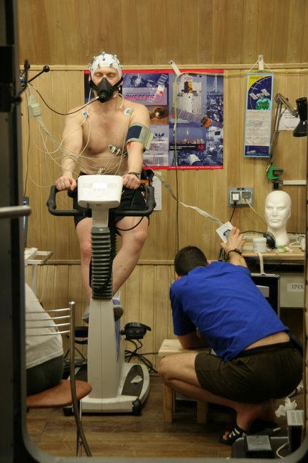 Третий месяц 105-суточной изоляции. Оливер Книккель помогает Олегу Артемьеву в проведении эксперимента по изучению газоэнергообмена и физической работоспособности.