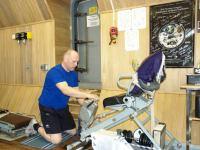 Первый месяц 105-суточной изоляции. Олег Артемьев в спортивном зале.