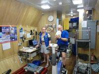 Первый месяц 105-суточной изоляции. Алексей Шпаков и Олег Артемьев в спортзале во время выполнения научных методик.
