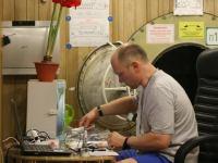 Первый месяц 105-суточной изоляции. Олег Артемьев проводит замеры температуры.