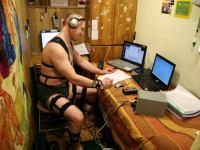 Первый месяц 105-суточной изоляции. Олег Артемьев в костюме для миостимуляции выполняет психологиеские тесты.