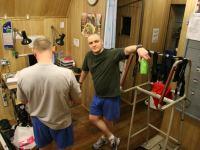 Первый месяц 105-суточной изоляции. Олег Артемьев и Алексей Шпаков в спортивном зале.