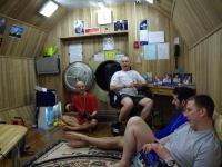 Первый месяц 105-суточной изоляции. Жилая обстановка кают-компании. Сирилл Фурнье, Олег Артемьев, Оливер Книккель и Алексей Баранов.