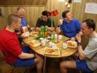 Второй месяц 105-суточной изоляции. Ужин. За столом почти вся команда – Алексей Шпаков, Олег Артемьев, Оливер Книккель, Алексей Баранов, Сергей Рязанский. Нет только Сирилла Фурнье, но это и понятно, ибо он в это время фотографирует друзей.