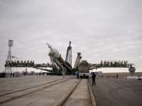 """Установка ракеты-носителя """"Союз-ФГ"""" с пилотируемым космическим кораблем на стартовую площадку"""