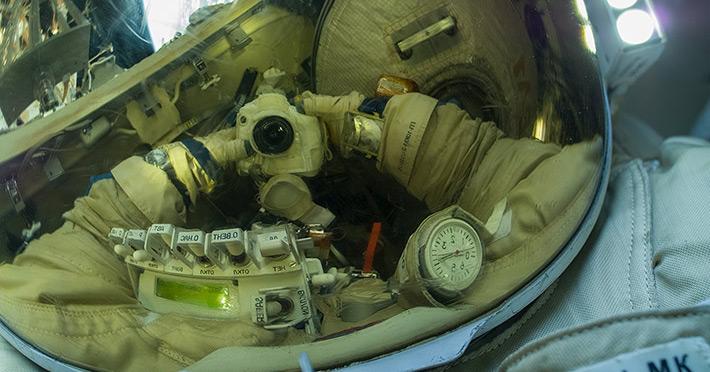 Космоселфи во время выхода в космос 18 августа.