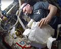 Разборка скафандра Орлан после выхода в открытый космос