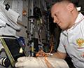Готовим перчатку скафандра к выходу в космос