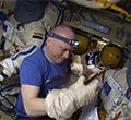 Подгонка перчаток скафандра перед Выходом в Космос